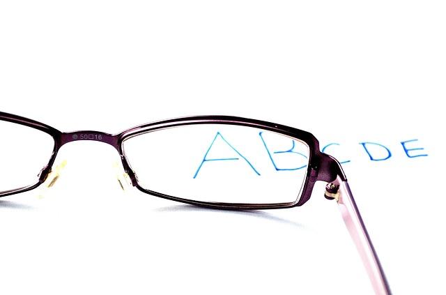 Okulary czy soczewki dla dziecka?