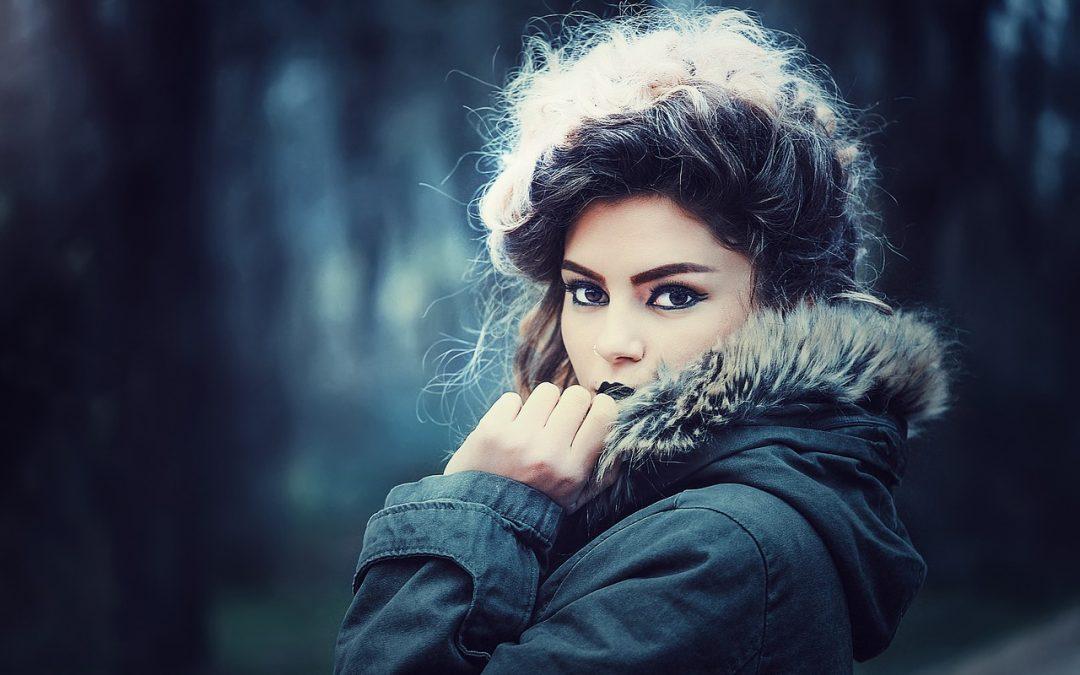 Wypadające włosy – dlaczego warto używać specjalistycznych kosmetyków?